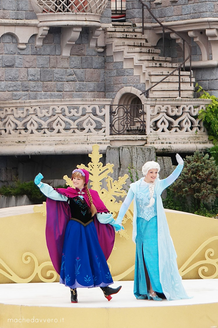 Disneyland Paris Christmas 2014 Elsa and Anna Frozen